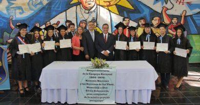 El gobernador de Central, Hugo Javier González, estuvo presente para el desarrollo del acto de egreso de los alumnos del Centro Educativo Departamental Municipal Juan Pablo II