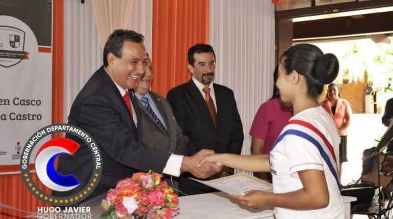 El gobernador del departamento Central, Hugo Javier González, estuvo presente para el desarrollo del acto de colación de los alumnos del Centro Educativo Departamental Municipal Carmen Casco de Lara Castro