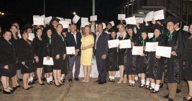 En un solemne acto el gobernador de Central, Hugo Javier González, entrego sus títulos de bachiller a los alumnos del Centro Educativo Departamental Municipal Carlos Pastore