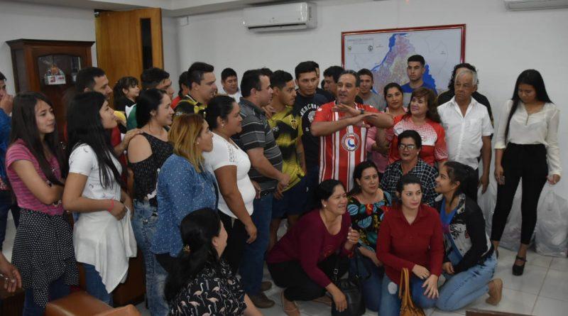 Gobernador de Central entregó donación de indumentarias deportivas