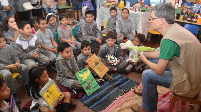 Una ronda con el escritor llega a Escuelas de Aregua