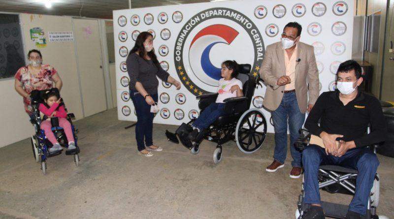 Tres personas con discapacidad recibieron hoy el aporte de la institución, para mejorar su movilidad, accesibilidad e inclusión