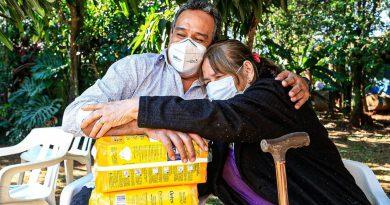"""Kits de alimentos y pañales entregamos esta mañana, 11 de junio, al Centro de Adultos Mayores del Barrio """"San Blas"""" de Valle Pucú, Areguá"""